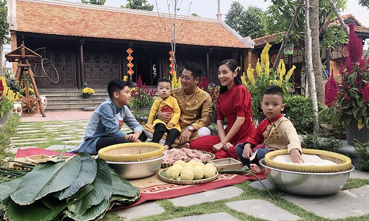 Gia đình ca sĩ Ngô Mai Trang tổ chức buổi nấu bánh chưng cùng bạn bè, hàng xóm. Ảnh: TT.
