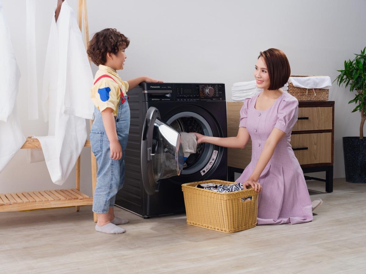 Hồng Diễm trang bị các thiết bị công nghệ máy giặt, tủ lạnh, điều hòa... để hỗ trợ chăm sóc gia đình.