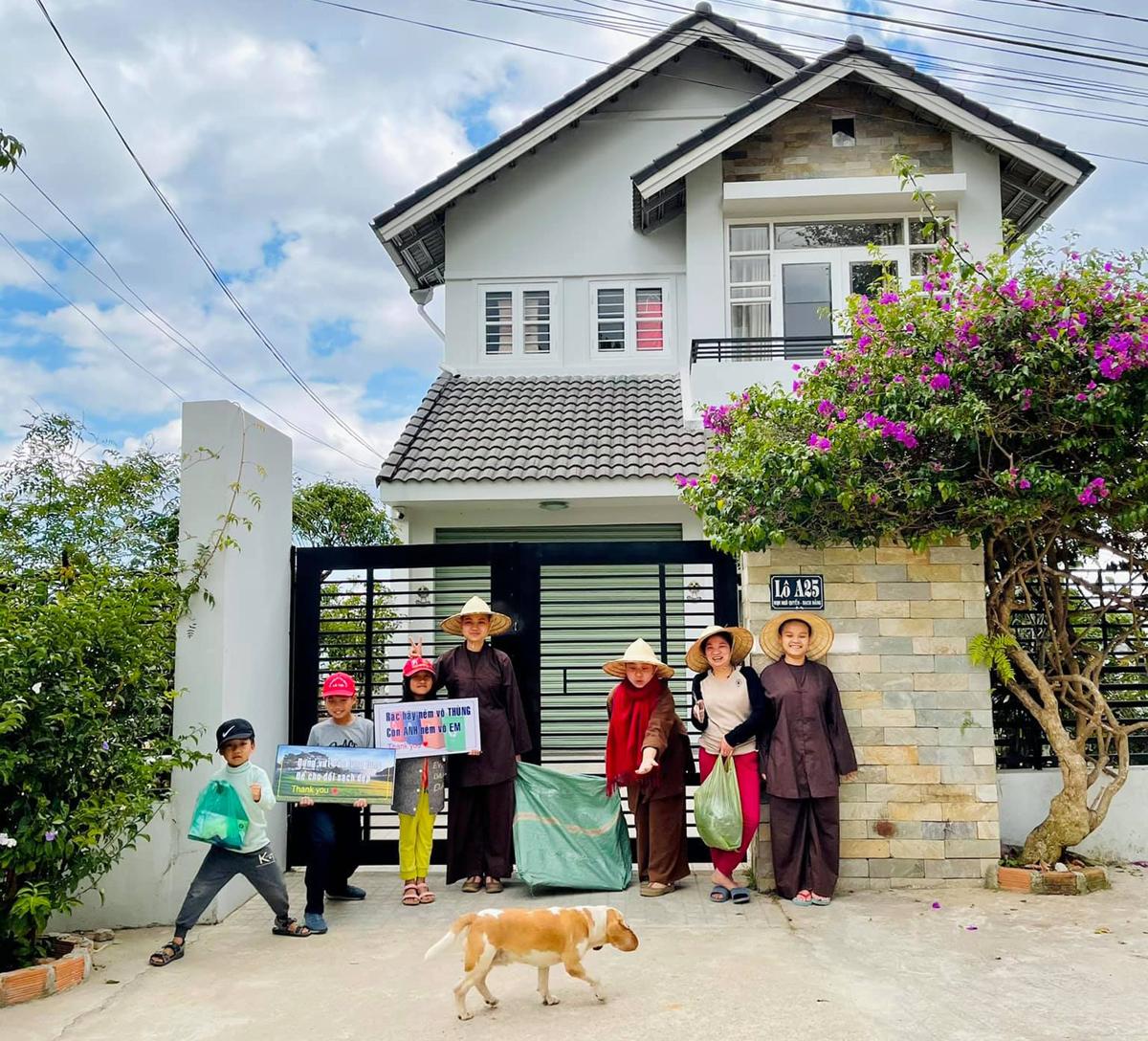 Gia đình chị Diễm sống ẩn cư tại Đà Lạt mỗi khi về Việt Nam. Trong ảnh các thành viên trong gia đình chị ra quân dọn dẹp công viên đồi thông trước nhà. Ảnh: Diem Loving Heart Nguyen.