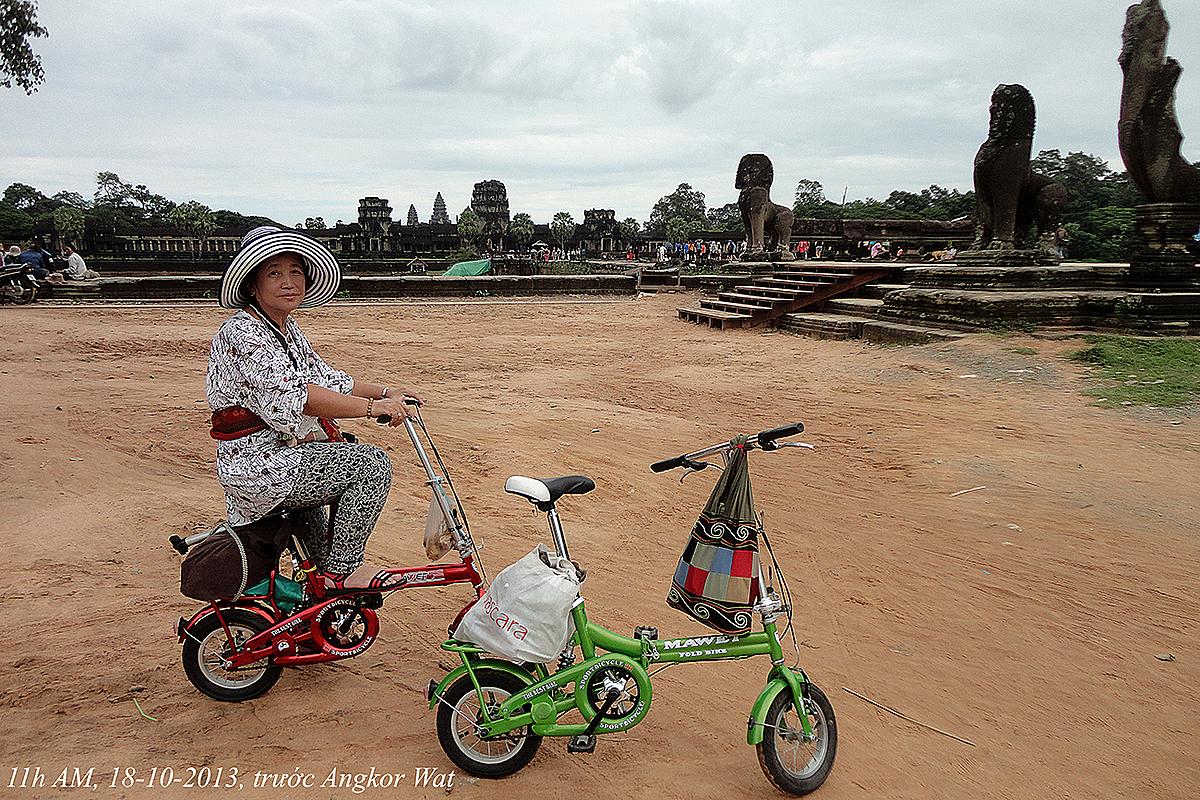Ông bà dhuyển từ Việt Nam đến các nước Campuchia, Thái Lan, Myanmar bằng xe khách rồi dùng xe đạp gấp gọn mang theo để khám phá các địa diểm nổi tiếng, năm 2013. Ảnh: Nhân vật cung cấp.