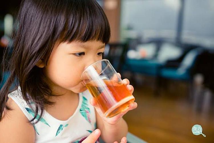 Để dụ trẻ uống nước, nhiều cha mẹ thường cho thêm đường, nước trái cây... vào nước để trẻ có cảm giác ngọt, dễ nuốt. Điều này là không nên. Ảnh minh họa