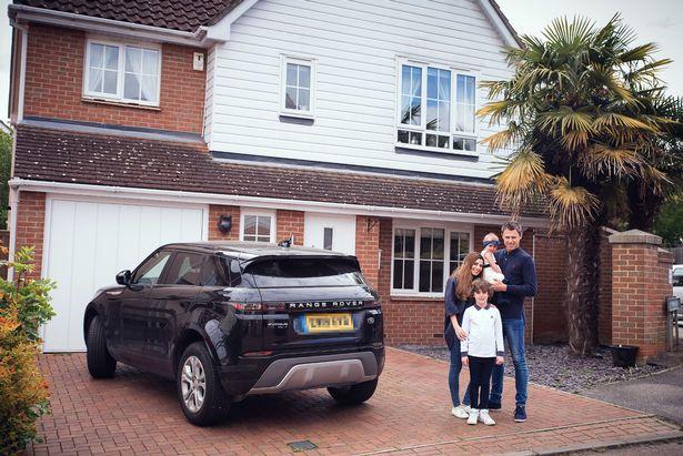 Vợ chồng Gemma trước cửa nhà họ. Nhờ biết tiết kiệm, họ có thể hưởng thụ cuộc sống xa xỉ nếu muốn. Ảnh: Mirror.