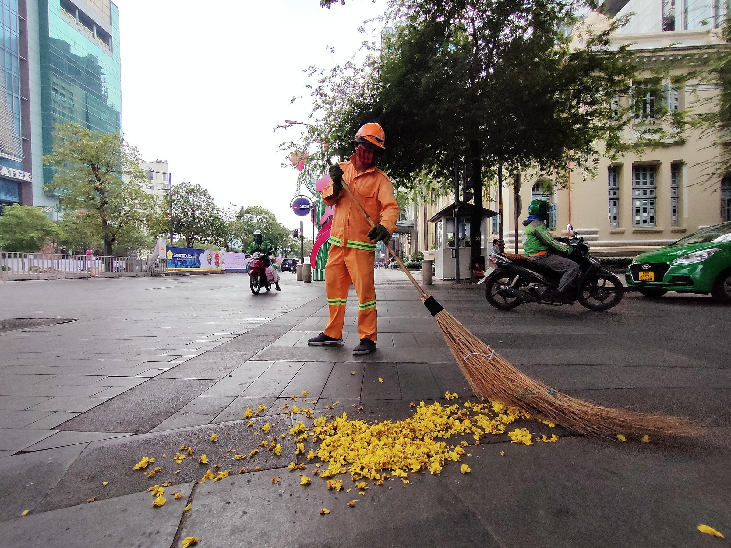 Những ngày cận Tết, đường phố Sài Gòn sạch tinh tươm, sắc xuân rộn rã khắp nơi, những nụ hoa hé nở rực rỡ ở mọi ngõ ngách, chào đón những điều may mắn trong năm mới... Trong khi nhiều người đang tất tả trang trí cho tổ ấm bé nhỏ của riêng mình hoặc về quê sum vầy đón Tết, đâu đó ở Sài Gòn vẫn còn những người cố gắng tận dụng vài ngày làm việc cuối cùng của năm cũ để đổi lấy một cái Tết ấm no, đủ đầy hơn cho cả gia đình. Dưới ống kính realme 7, những con người lao động bình dị hiện lên bé nhỏ.