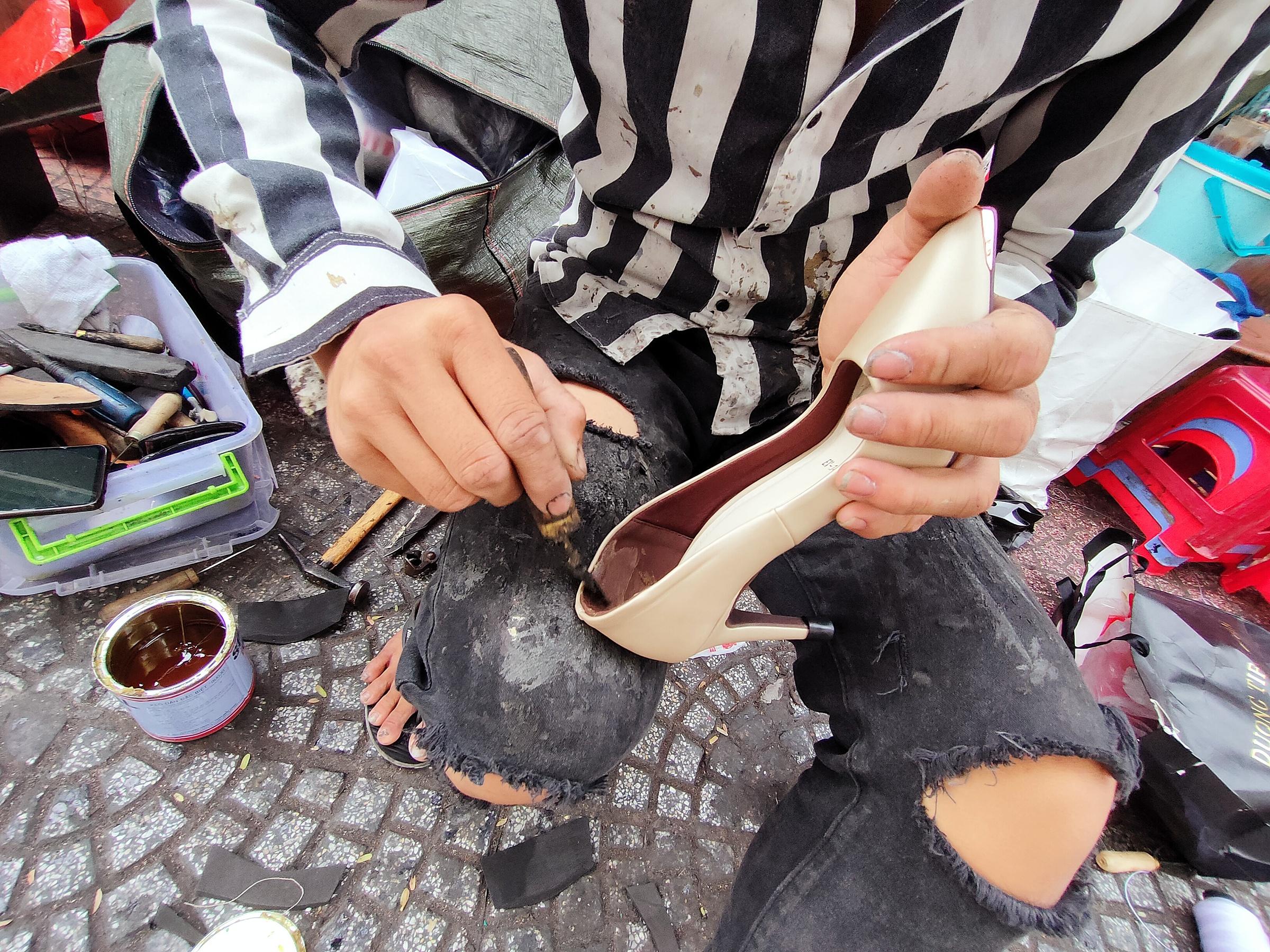 Những người thợ sửa giày như người nghệ sĩ đường phố, vừa sửa chữa chỗ hỏng vừa phục chế sáng tạo. Một người thợ có thâm niên hơn 20 năm trong nghề cho biết: Nghề này giáp Tết lại càng nhộn nhịp hơn thường lệ, bởi nhu cầu tân trang, thay sửa của người dân tăng cao. Chúng tôi làm vừa có tiền, vừa phục vụ sở thích. Nhiều đôi giày tưởng phải bỏ đi, nhưng sửa lại có diện mạo khác, trông như mới.