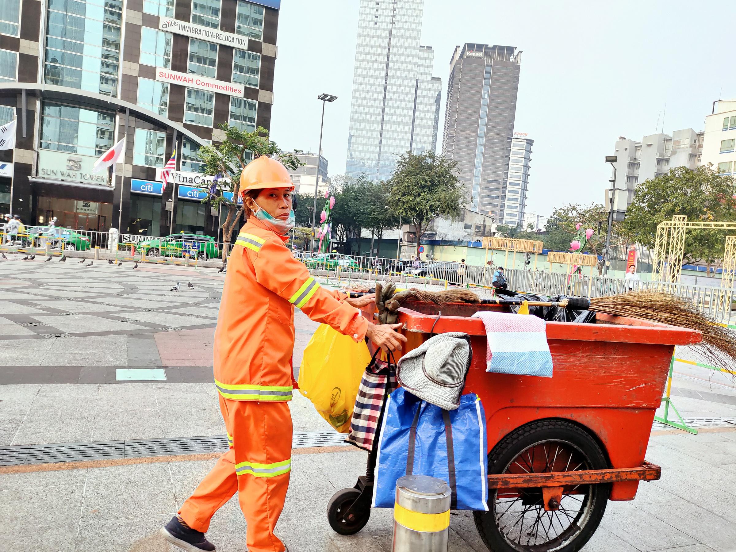 Phố đi bộ Nguyễn Huệ (quận 1, tp HCM) bình thường là điểm lui tới của nhiều người, nhưng ít ai để ý đằng sau vẻ ngoài sạch sẽ, sang trọng đó là bàn tay tỉ mỉ, cần mẫn của những công nhân vệ sinh.