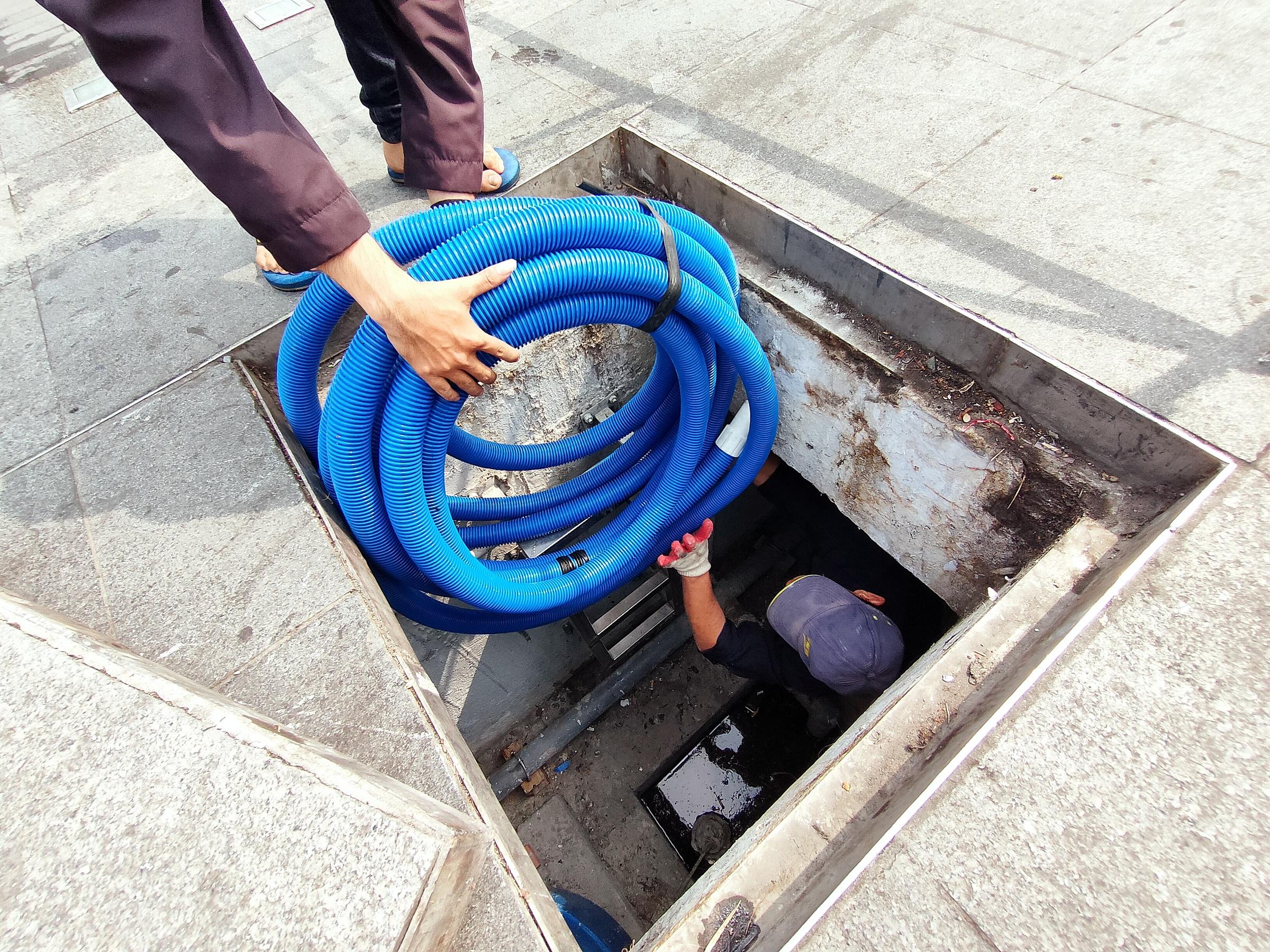 Với người thợ sửa chữa đường ống thoát nước này, dù ngày thường hay Tết đến, các anh vẫn ngụp lặn trong làn nước đen để đảm bảo hệ thống thoát nước luôn thông suốt.
