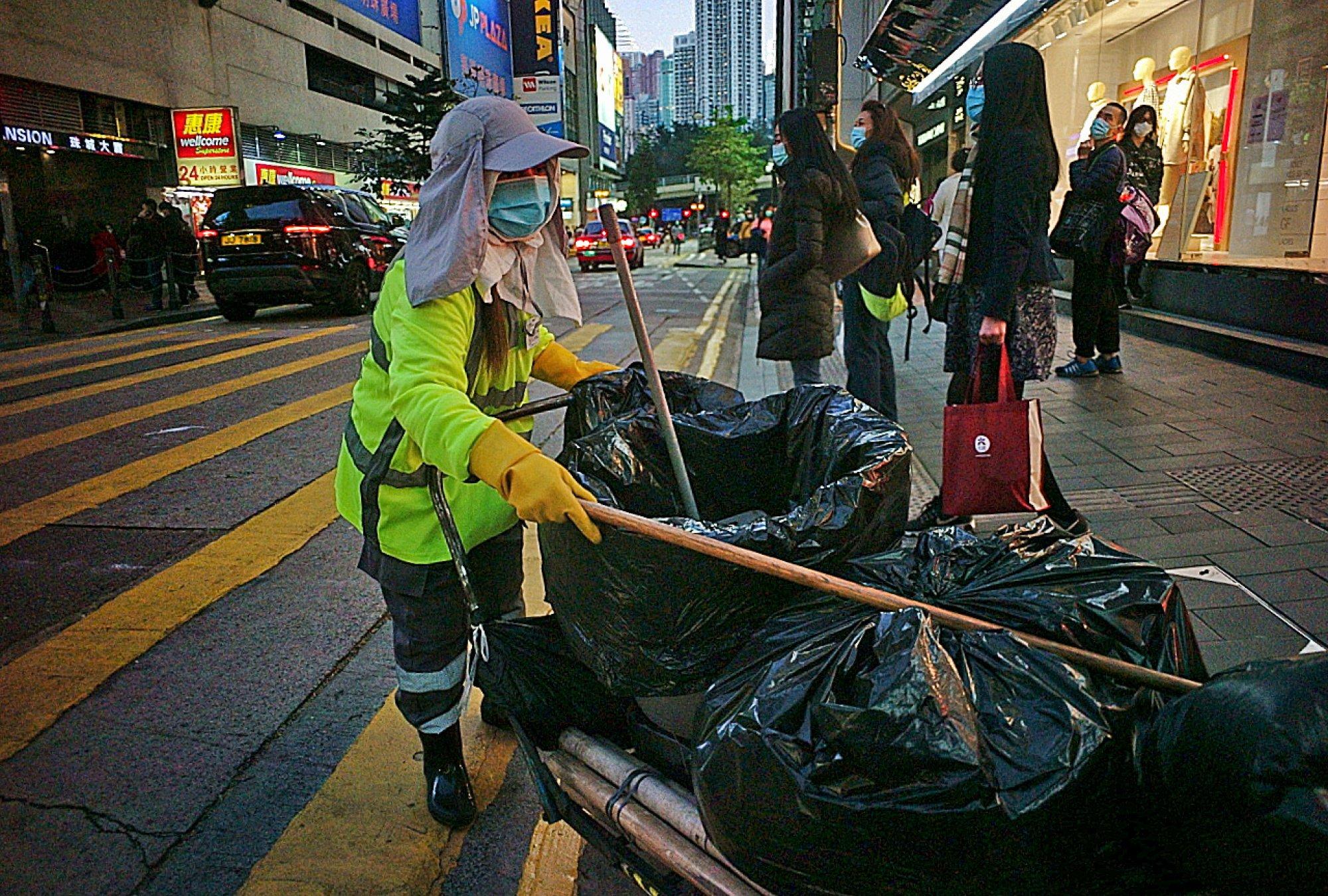 Một người quét rác đường phố ở đường Great George, khu Causeway Bay. Ảnh: Mark Angeles/SCMP.