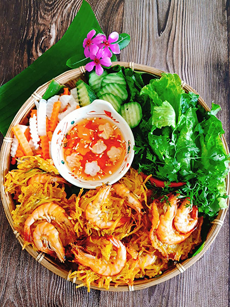 Not a delicacy of delicacy, but Ho Tay shrimp cake has entered the subconscious of many generations of people in Hanoi.  Photo: Bui Thuy.
