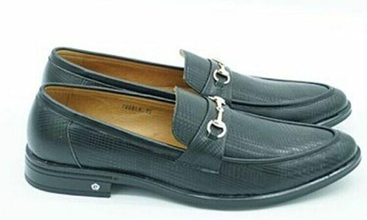 • Giày da nam Pierre Cardin PCMFWLE700BLK có thân trên làm từ da bò, lót lớp talon và đế làm từ cao su chống trơn trượt. Giày màu đen, dễ làm sạch bằng xi đánh giày, lotion dưỡng da và khăn ẩm sạch. Sản phẩm có đủ các size từ 39 đến 43. Giá niêm yết 2.99 triệu đồng, giá ưu đãi nhân dịp sinh nhật VnExpress là 1,49 triệu động.