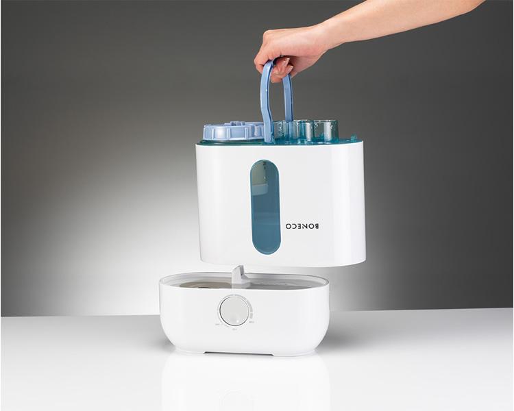 Máy tạo ẩm cao cấp Boneco U200 Thụy Sỹ sử dụng công nghệ Ultrasonix kết hợp với hệ thống quạt tích hợp, tạo ra các hạt sương tốt cho sức khỏe đồng thời bảo quản đồ dùng gia đình tốt hơn. Máy còn tích hợp bộ vệ sinh nước gồm cục lọc Carbon và thanh Ion bạc giúp nước sử dụng trở nên tinh khiết. Khay tinh dầu thơm giúp không khí phòng trở nê. Dung tích bình chứa 3,5 lít , phù hợp với diện tích lên tới 50m2. Sản phẩm có giá niêm yết 4,58 triệu đồng, hiện ưu đãi 4% còn 4,378 triệu đồng.