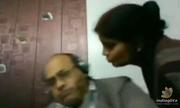Video chồng né nụ hôn của vợ 'gây bão' mạng xã hội