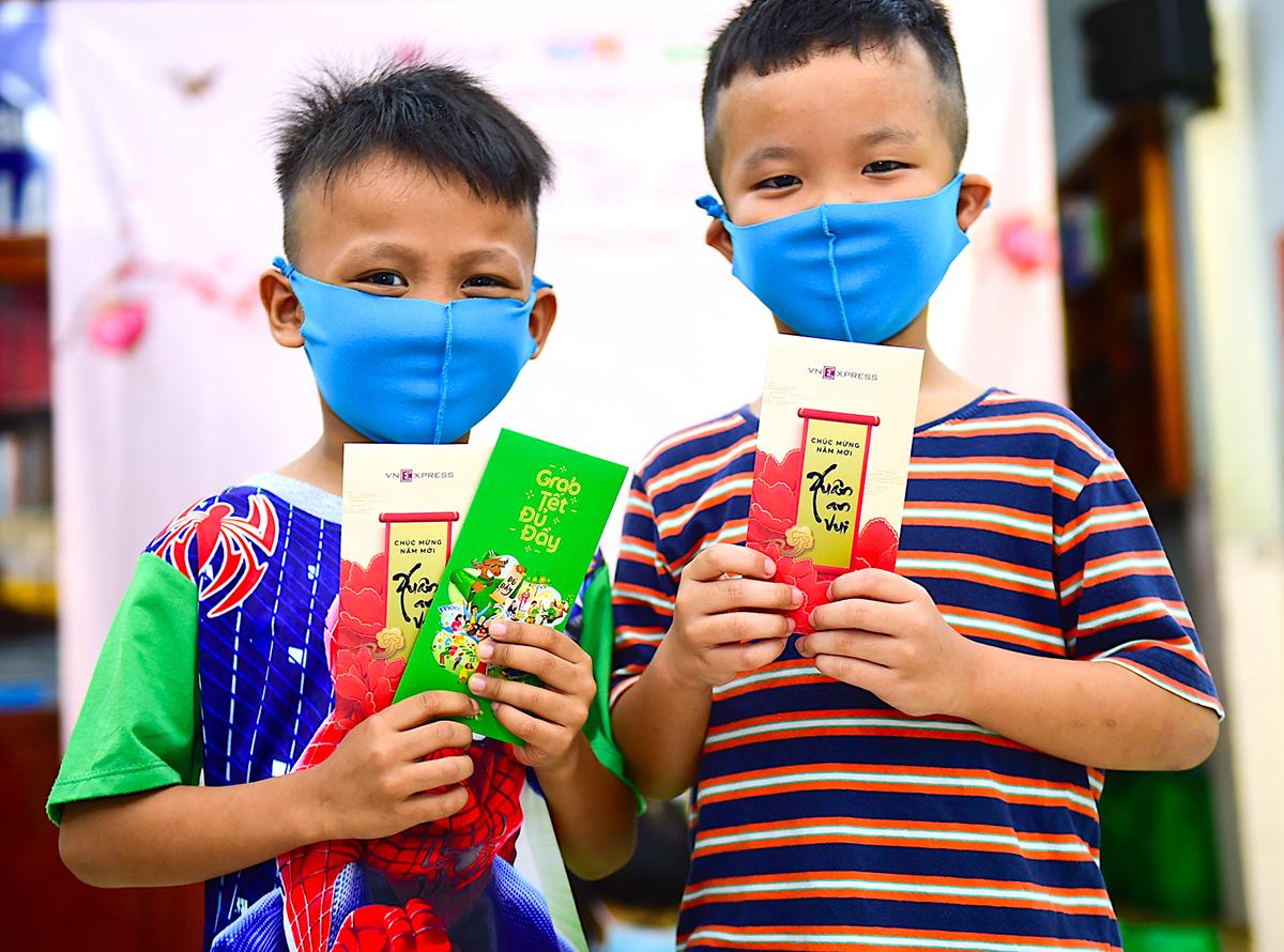 Bé Minh Sang (trái) và Tấn Thi (phải) hào hứng nhận lì xì.