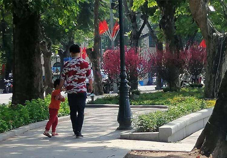 Bố con anh Nguyễn Tiến Thành trong chiều 30 Tết. Ảnh: Nhân vật cung cấp.