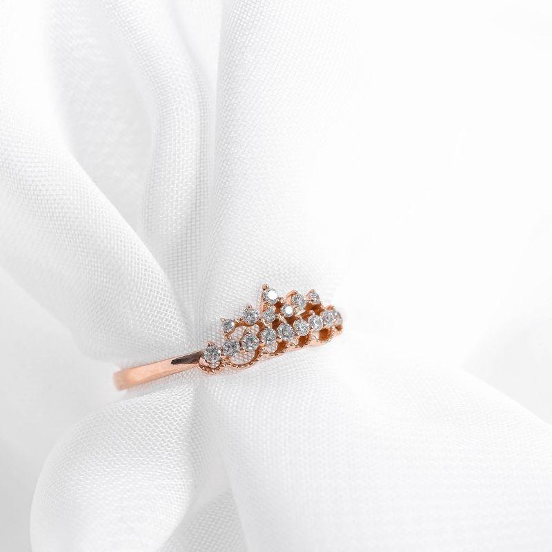 Chỉ với một chiếcc nhẫn vàng hồng DOJI 0819R-LAL305 làm từ vàng 14K với thiết kế hình vương miện, các chàng có thể làm hài lòng người phụ nữ mình trân quý nhân dịp 8/3 sắp tới. Toàn bộ đá đính trên nhẫn đều là đá SCZ. Sản phẩm có giá 2,304 triệu đồng, giảm 10% so với giá gốc.