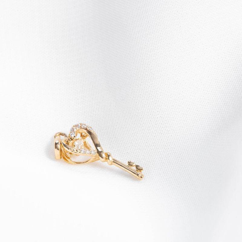 Thêm một sản phẩm đến từ DOJI là mặt dây chuyền vàng 14K đính đá 0819P-NAL635, thiết kế cách điệu dựa trên chiếc chìa khóa hình trái tim. Kích thước mặt vừa phải, có thể phối với nhiều kiểu dây đeo khác nhau. Sản phẩm có giá giảm 10% còn 2,268 triệu đồng (giá gốc 2,52 triệu đồng).