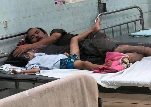 Ông Dinh chăm cháu ngoại tại bệnh viện Nhi Thanh Hóa hồi tháng 9/2020. Ảnh: Lê Minh.