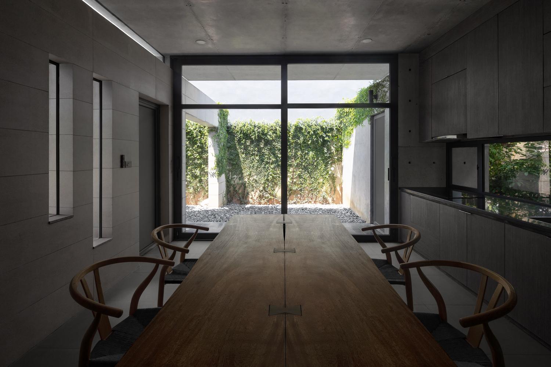 Phòng ăn và bếp mở ra không gian xanh. Ảnh: Triệu Chiến.