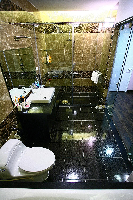 Khu vực khô và ướt trong nhà vệ sinh có thể phân chia bằng vách kính. Ảnh: Hà Thành.