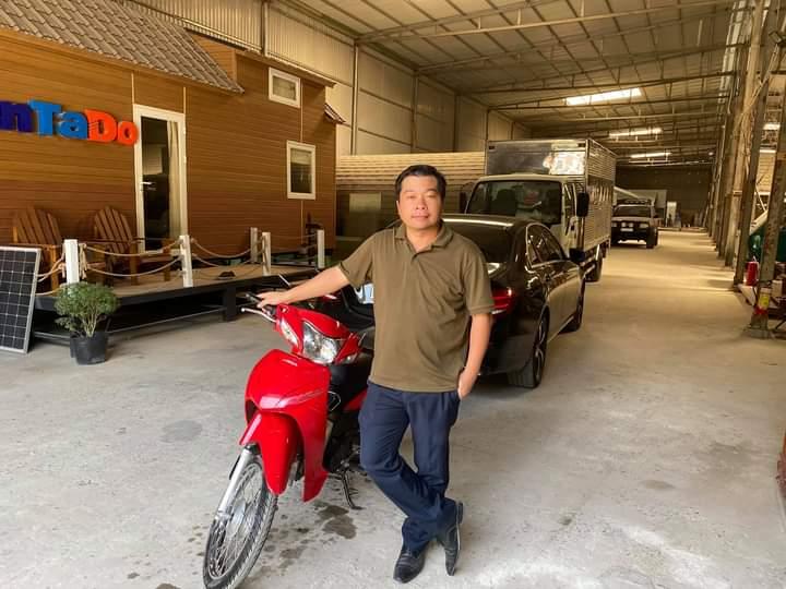 Anh Toàn tự tay rửa và kiểm tra chiếc xe máy sẽ tặng anh Lộc vào ngày mai. Ảnh: Huỳnh Bảo Toàn.