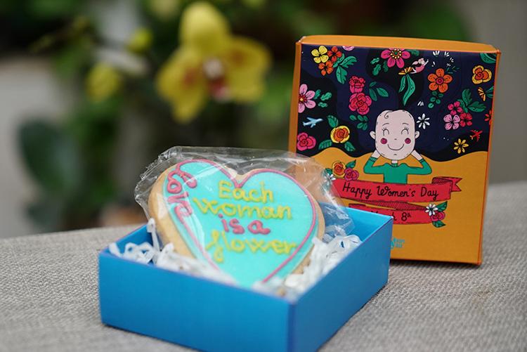 Chiếc bánh cookies được Lê và 4 phụ nữ khác tại Hopebox sản xuất để tặng những phụ nữ trên các chuyến bay ngày 8/3. Ảnh: VietnamAirlines.