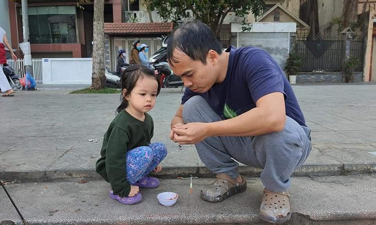 Anh Dũng và bé Cáo thường đi câu cá cuối tuần. Mồi câu cá của hai bố con thường là ốc và ruột gà mang đi từ nhà. Ảnh: Nhân vật cung cấp.