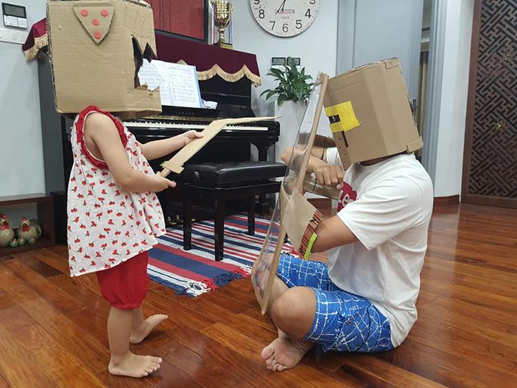 Buổi tối, anh Dũng thường dành thời gian chơi với con gái. Hai bố con rất thích chơi đánh trận giả từ những nguyên liệu tự chế. Ảnh: Nhân vật cung cấp.