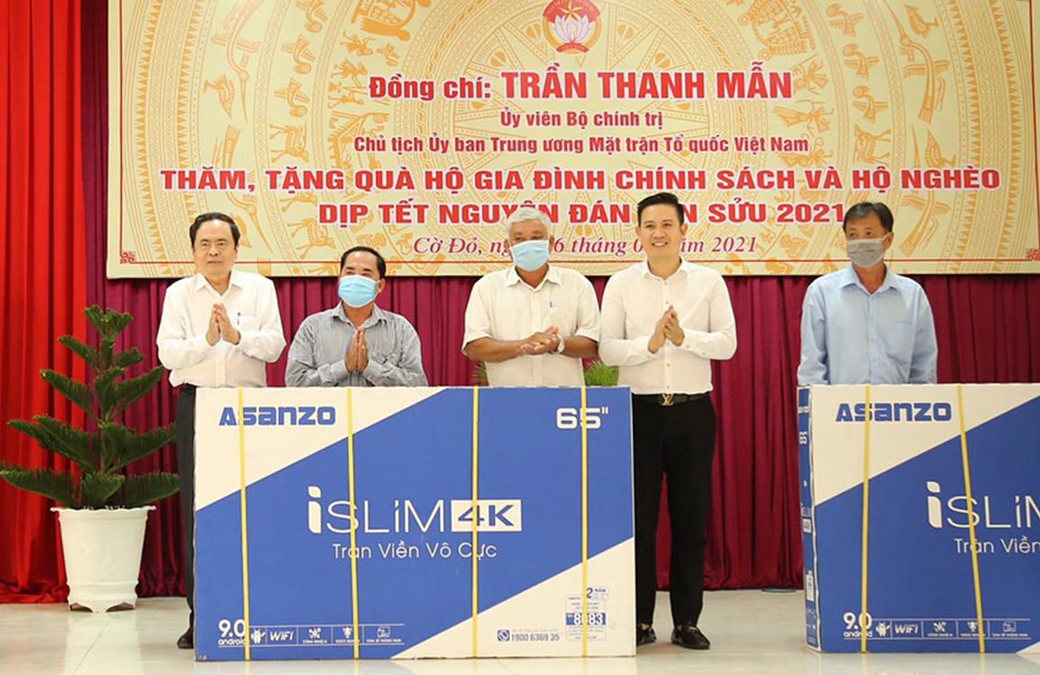 Ông Trần Thanh Mẫn (ngoài cùng bên trái) và ông Phạm Văn Tam (thứ hai từ phải sang) trao quà cho đại diện địa phương tại Cần Thơ chiều 6/2. Ảnh: Hồng Diễm.