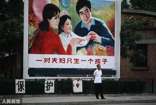 Một khẩu hiệu trên đường phố Trung Quốc năm 1983. Ảnh: Thepaper.