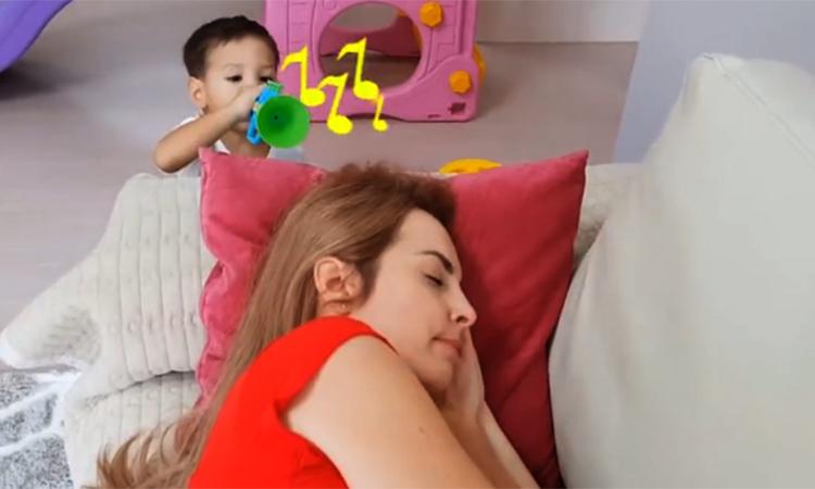 Một video nói về người mẹ muốn ngủ thêm nhưng bị các con đánh thức dậy cho bằng được. Ảnh: zhihu.
