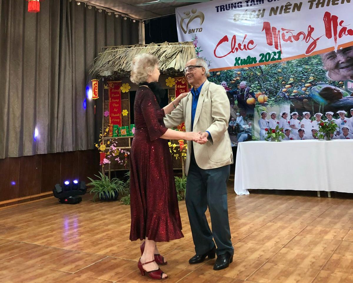 Vợ chồng cụ Thọ khiêu vũ trong những tiếng trầm trồ của các cụ ông, cụ bà trong lễ mừng năm mới tại trung tâm dưỡng lão. Ảnh: Thiên Đức.