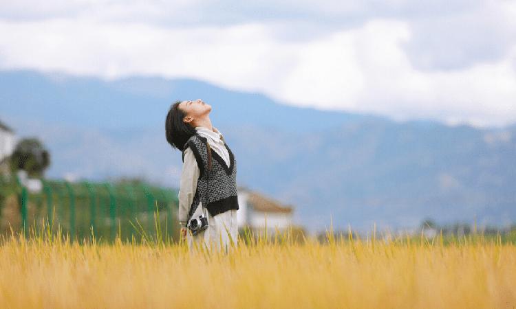 Tích cực du lịch là một trong những phương pháp giúp con người trẻ lâu. Ảnh: sina.