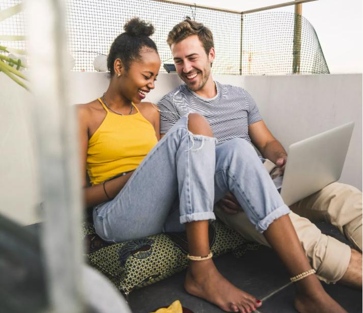Vợ chồng hạnh phúc thường xuyên nhắn tin cho nhau trong ngày. Ảnh: Brides.