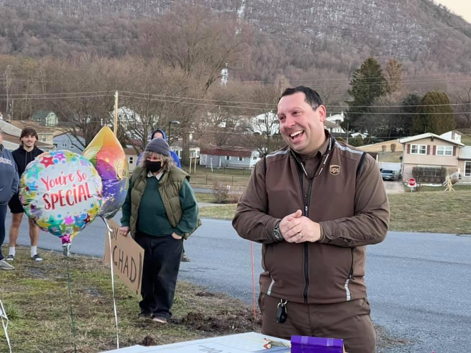 Cư dân ở thị trấn Dauphin tổ chức một buổi lễ tri ân người tài xế Chad Turns. Ảnh: Epochtimes.