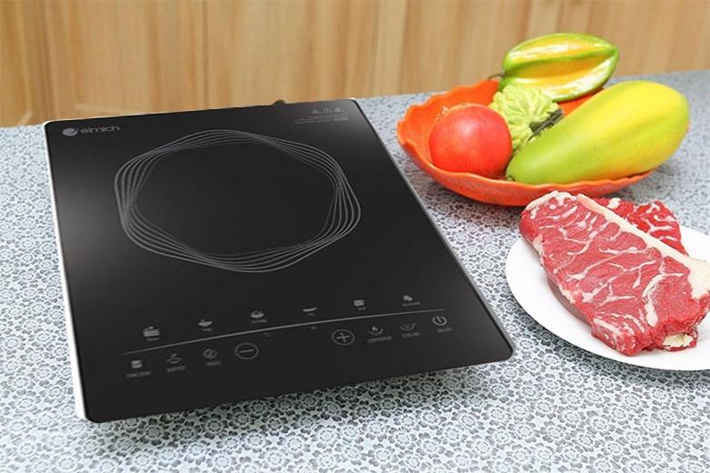 Bếp điện từ Elmich ICE-1827 tích hợp các chức năng cài đặt sẵn: hấp, đun nước, nấu súp, nấu chậm, hâm nóng, nấu cháo, nấu lẩu, chiên, xào... Mâm từ làm bằng đồng nguyên chất, cấu tạo mâm từ kép ba, giúp khả năng bắt từ cao. Mặt kính ceramic cường lực với khả năng chống sốc nhiệt ở nhiệt độ lớn 700-900 độ C, chịu lực va đập mạnh, khả năng chịu tải khi đun ở nhiệt độ cao đến 25 kg. Mặt kính áp dụng công nghệ in chìm 3D. Công nghệ super triple coill cho bếp có khả năng tiết kiệm năng lượng lên đến 70%. Sản phẩm có giá ..., giảm ...% so với giá gốc.