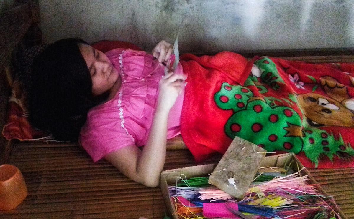Linh, cô gái xương thủy tinh được Nhàn giúp đỡ 6 năm trước bây giờ đã có thể tự làm nhiều loại hoa bán, kiếm được thu nhập nhờ nghề này. Ảnh: Thanh Nhàn.