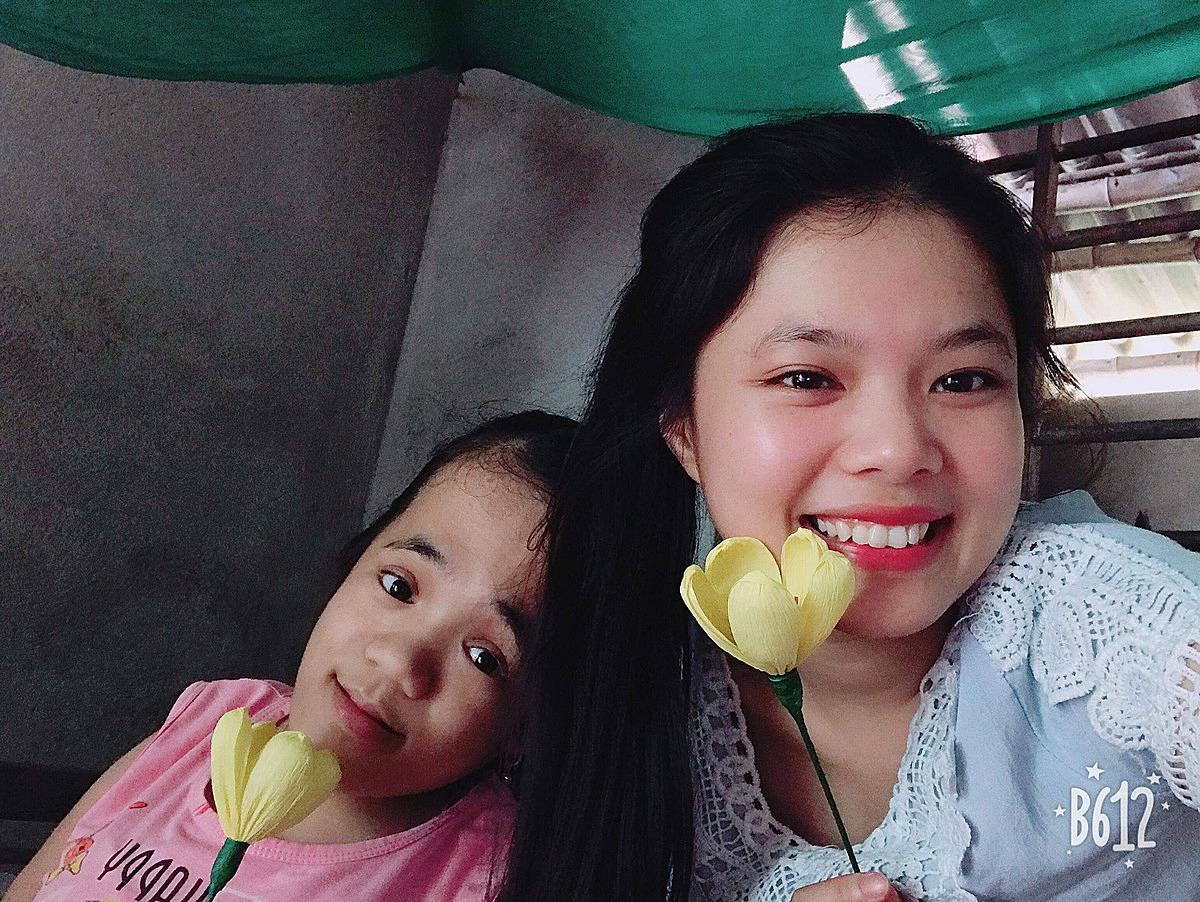 Nguyễn Thị Dậu, 27 tuổi, quê ở xã Hương An, huyện Hương Trà được Nhàn dạy nghề làm hoa giấy cách đây 3 năm. Hiện tại, mỗi tháng Dậu làm được gần 200 bông hoa giấy các loại để bán. Ảnh: Thanh Nhàn.