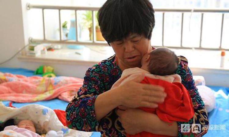 Từ khi có con, người mẹ 58 tuổi rất vất vả nhưng cô vẫn cảm thấy hạnh phúc vì mong ước bấy lâu trở thành hiện thực. Ảnh: 163.com.
