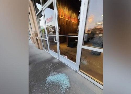 Cửa ra vào nhà hàng bị trộm đập vỡ. Ảnh: Carl Wallace.