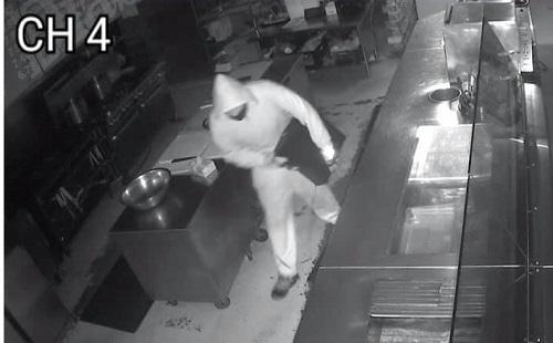 Hình ảnh tên trộm đột nhập nhà hàng của ông Carl. Ảnh: Carl Wallace.