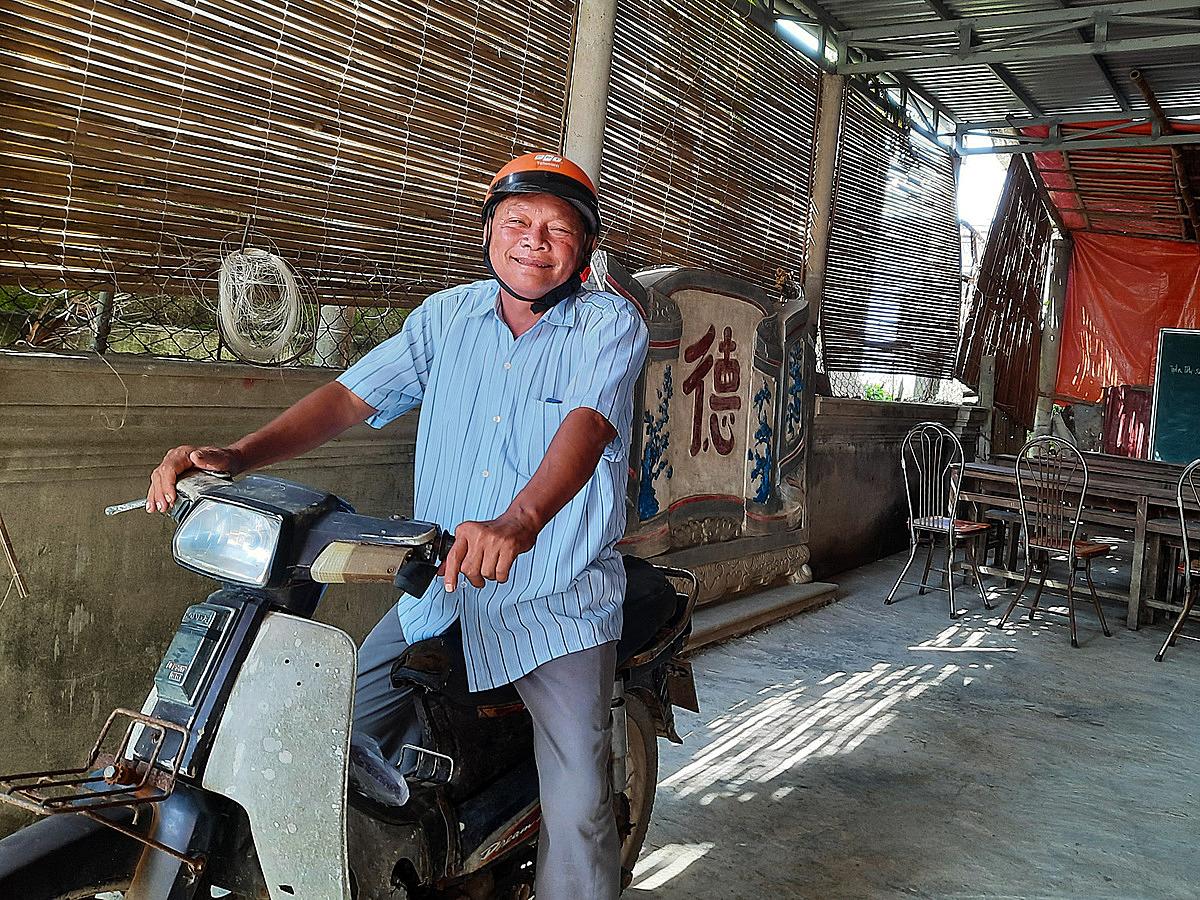 Ông Hòa trước lớp học trong khoảng sân thuê của một người dân địa phương. Ảnh: Diệp Phan.