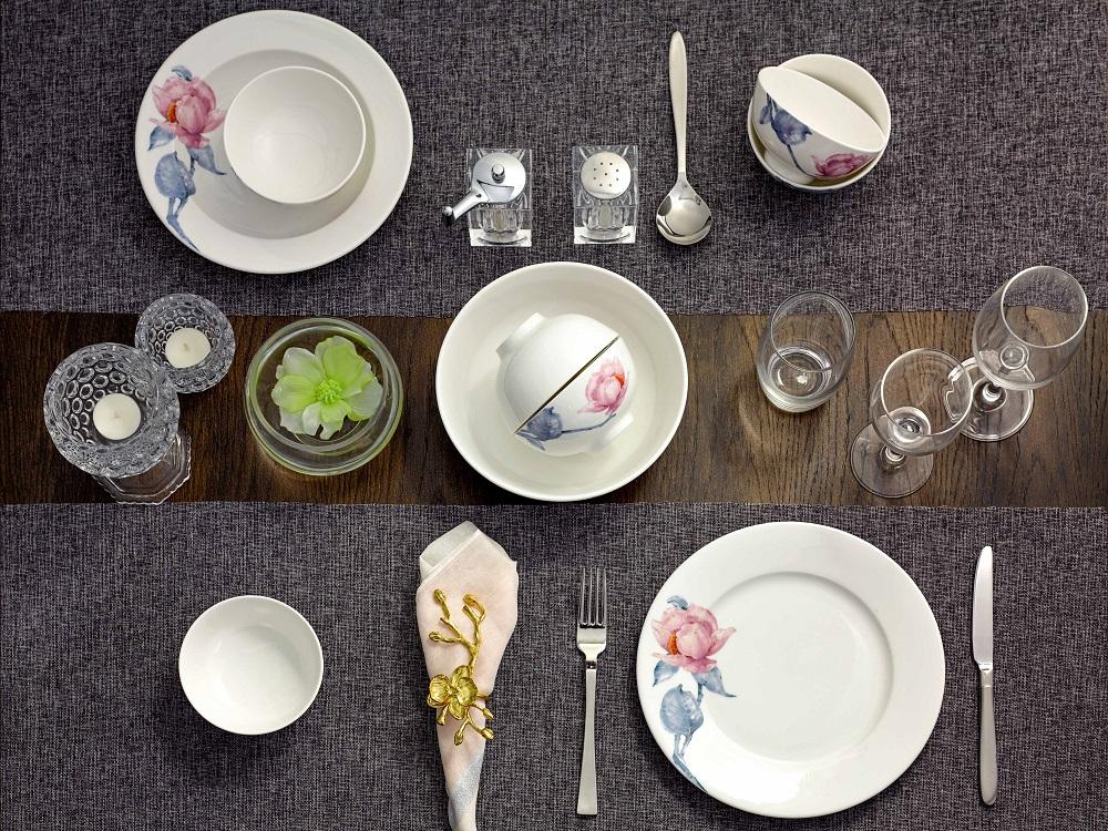 Bộ đồ ăn 9 sản phẩm với họa tiết hoa trà mi hồng, cành lá xanh trên nền gốm sứ trắng gồm 6 chén cơm, một dĩa tròn đường kính 25 cm, một ĩa sâu lòng đường kính 23 cm, một tô trung đường kính tô trung 20 cm. Bộ sản phẩm đang được bán với giá ưu đãi 352.000 đồng.