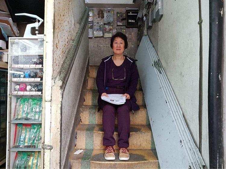 Claire Martin trong cầu thang của một tòa nhà ở Phố Berwick của Kowloon, bên cạnh nơi cô bị bỏ lại khi còn là một đứa trẻ sơ sinh. Ảnh: Claire Martin / Red Door News.