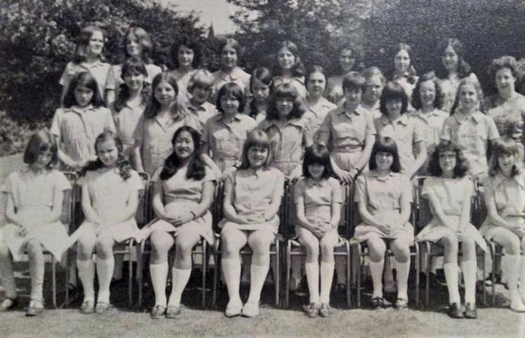 Martin (hàng trước, thứ ba từ trái sang) khi còn là một nữ sinh ở Anh. Ảnh: Claire Martin / Red Door News.