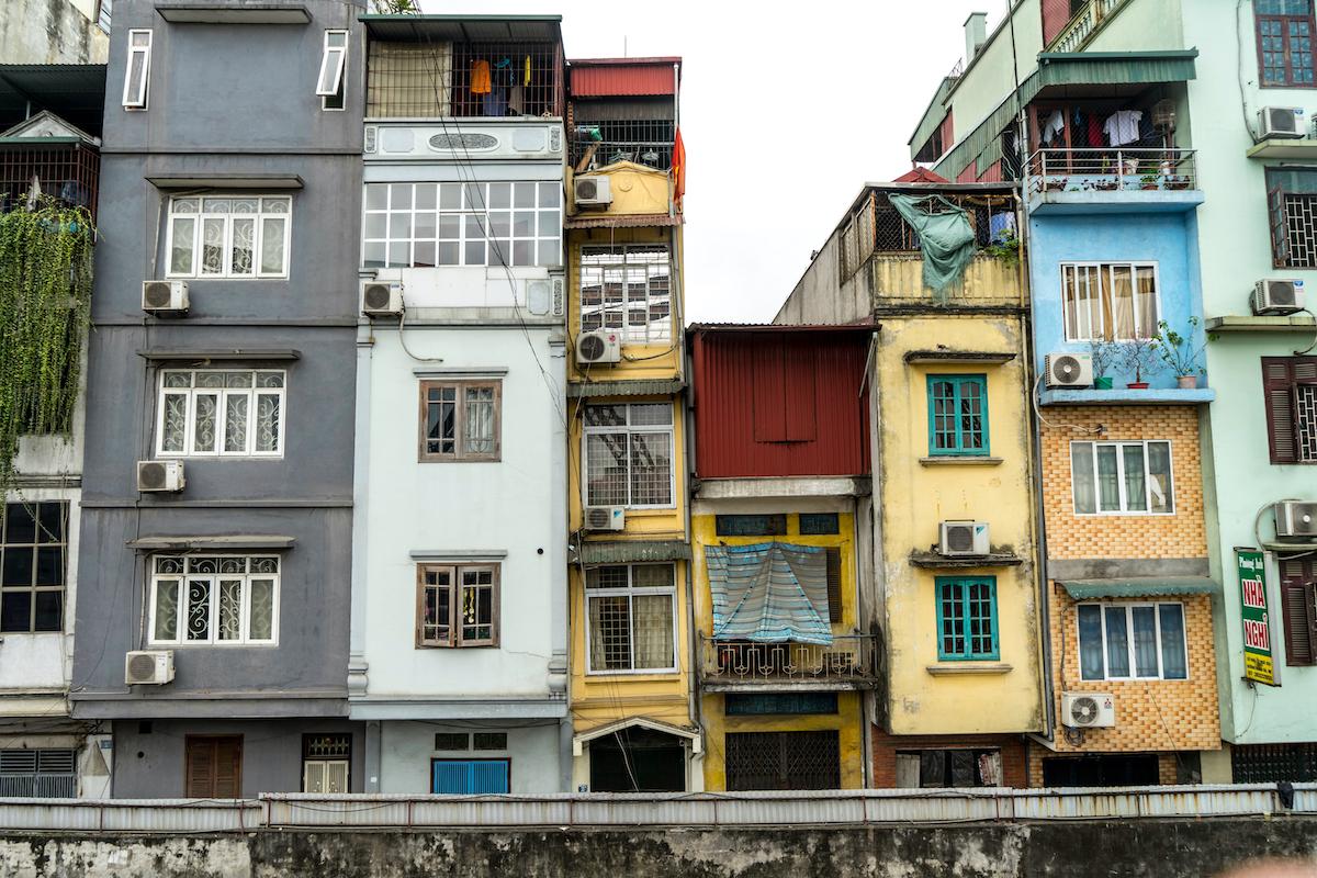 Mặt tiền hẹp, xây tận dụng đất không để ban công, cửa sổ rất bé hoặc được quây lồng sắt... là những yếu tố làm giảm chất lượng sống của người dân ở trong nhà ống đô thị Việt Nam. Ảnh: Shutterstock.