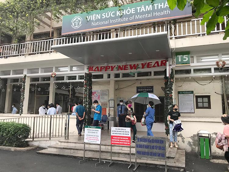 Tại Viện Sức khỏe tâm thần- Bệnh viện Bạch Mai, mỗi ngày có 300-350 lượt bệnh nhân khám ngoại trú và 250-280 người bệnh nội trú. Ảnh: Hải Hiền.