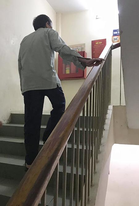 Ông Nguyễn Văn Tình dù đã 70 tuổi nhưng ngày ngày túc trực bên người vợ mắc bệnh trầm cảm đang điều trị tại Viện Sức khỏe tâm thần, Bệnh viện Bạch Mai. Ảnh: Phạm Nga.