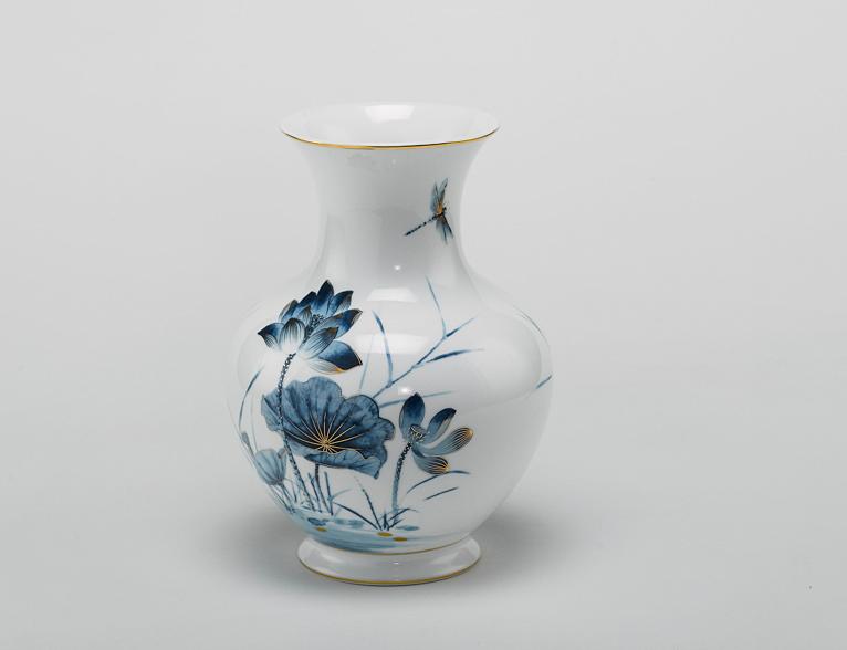 Bình hoa Sen Vàng, cao 22 cm, với họa tiết hoa sen màu xanh cobalt quen thuộc, điểm vàng 24K trên nền thân sứ trắng phủ men ngọc, giúp Sen Vàng trở thành bức tranh sang trọng quý phái. Sản phẩm đang được bán với giá 1,056 triệu đồng.