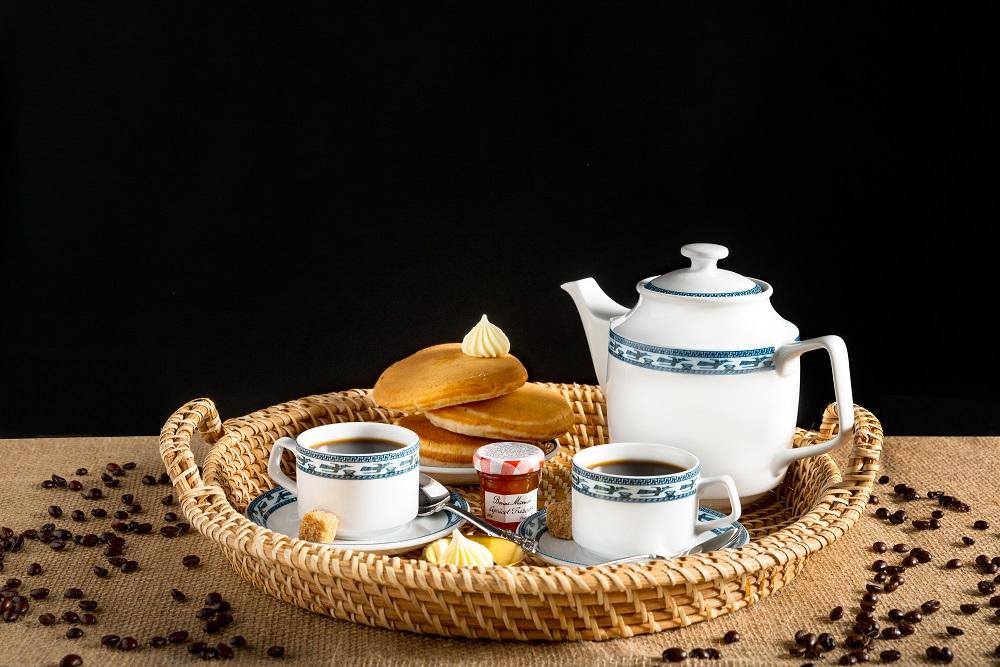 Bộ trà 0.7 L Jasmine chim lạc vừa cổ điển vừa hiện đại nhờ hoa văn đàn chim lạc - một trong những linh vật truyền thống từ thời dựng nước, biểu tượng của phồn thịnh, bình an và may mắn màu xanh cobalt trên nền sứ trắng, Bộ sản phẩm gồm 1 bình trà, 6 tách và đĩa lót tách, đang được bán với giá 682.000 đồng.