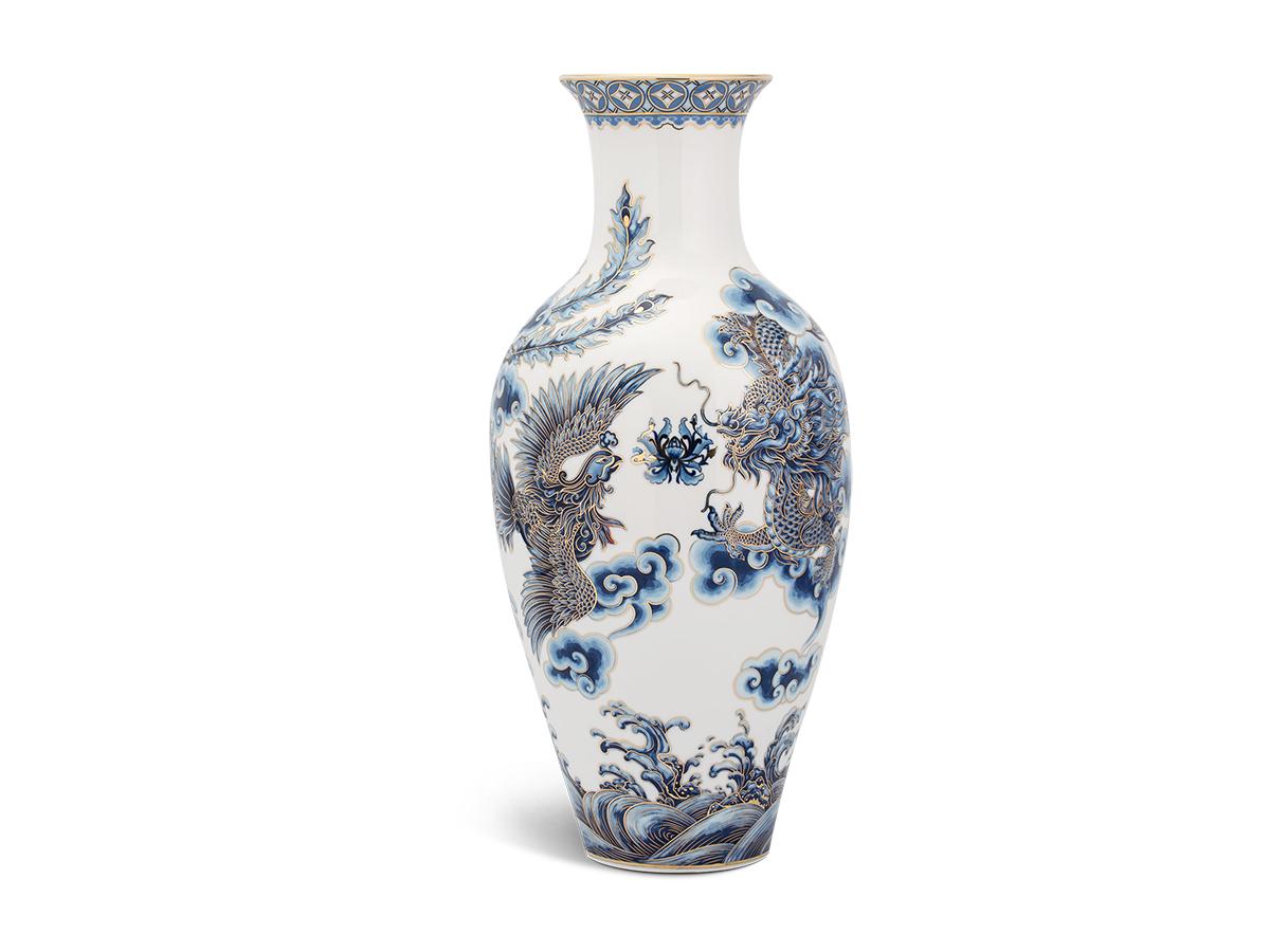 Bình hoa Tứ Linh có họa tiết là các linh vật mang ý nghĩa tốt lành, may mắn, được đội ngũ nghệ nhân của Minh Long phác họa tỉ mỉ, khéo léo bằng màu xanh cobalt điểm xuyết những nét vàng. Sản phẩm cao 30 cm, đang được bán với giá 2,97 triệu đồng.