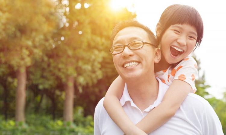 Là cha mẹ, cần tôn trọng sự khác biệt, sự hồn nhiên trong suy nghĩ của con. Ảnh: chinanews.